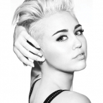 Miley Cyrus nua e coberta de tinta em novo vídeo