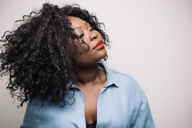 """Deolinda Kinzimba em entrevista: """"Este disco é o principio de um caminho onde eu tento levar a minha voz mais longe"""""""