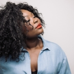"""Deolinda Kinzimba em entrevista: """"Este disco é o princípio de um caminho onde eu tento levar a minha voz mais longe"""""""