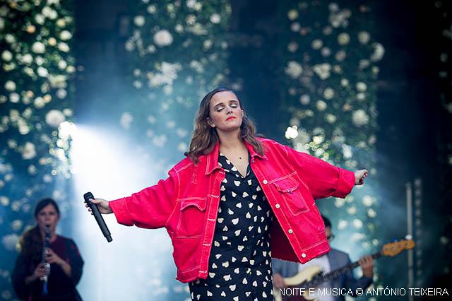 """MEO Marés Vivas: o Porto foi """"Casa"""" para a magia de Carolina Deslandes. Confere aqui a galeria de fotos do concerto"""